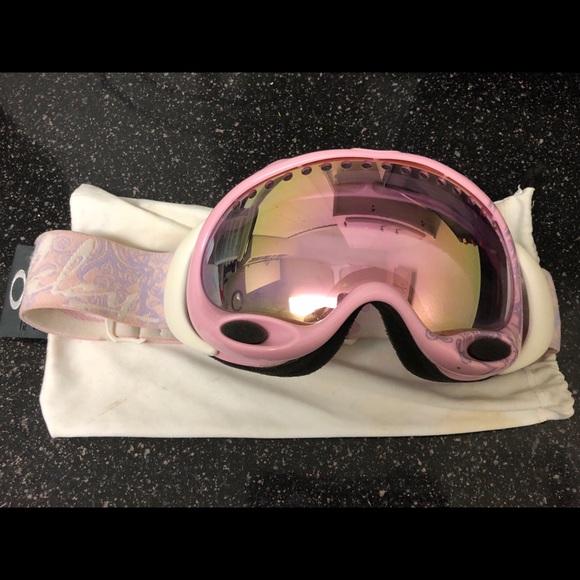 93922f7c2ea Women Oakley snow goggles. M 5bee55e51b3294b7bede0581